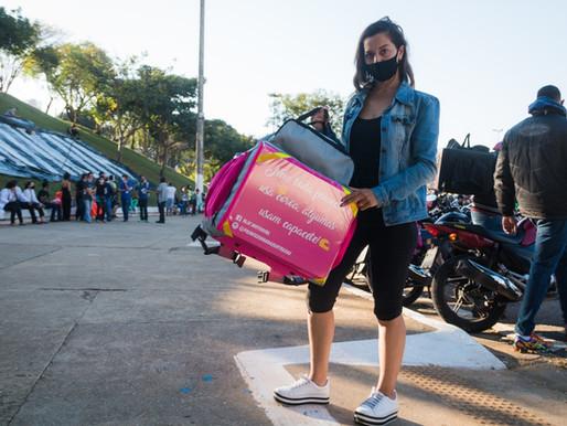 A motogirl que enfrenta os aplicativos de entrega e o machismo
