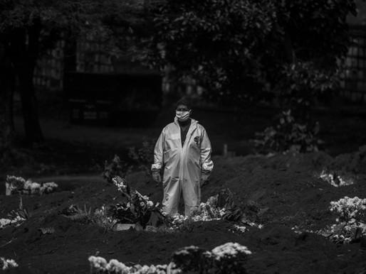 Os sepultadores do maior cemitério da América Latina estão exaustos - e foram esquecidos