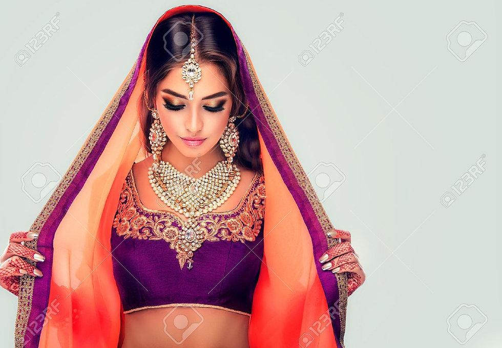 64424980-el-modelo-joven-mujer-hindú-con