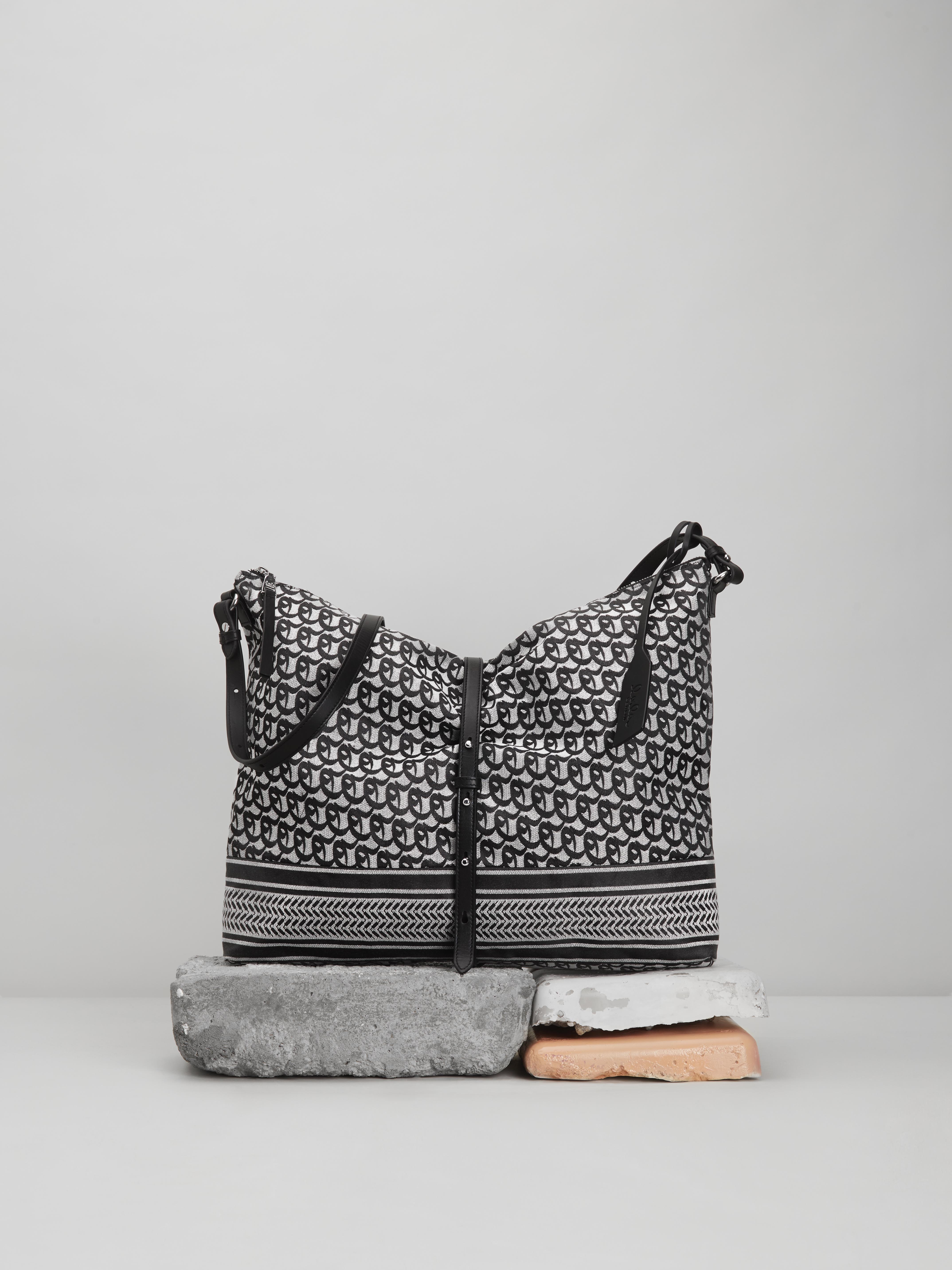 19-01_LALA_BERLIN_12_Big_Pillow_Bag_Anit