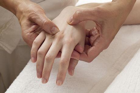 massage des mains par acupressions