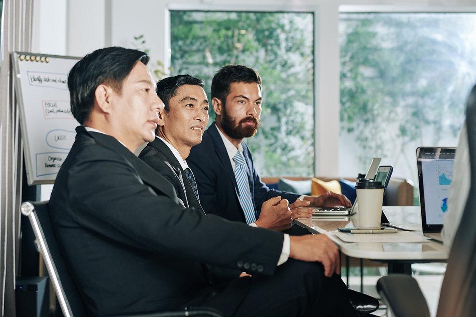 investors-at-business-meeting-7942YTF.jp