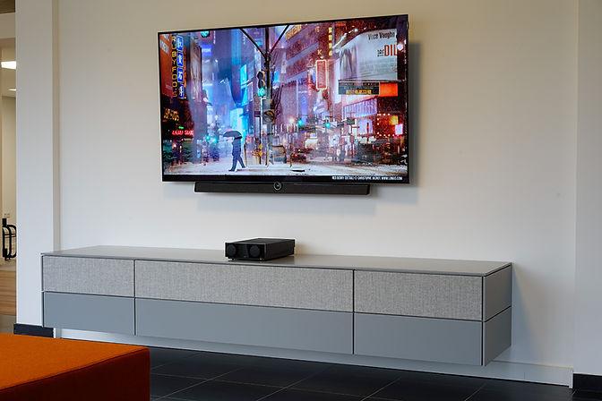 Side Sound Board | Durchdachtes schwebendes Sideboard mit integrierten Lautsprechern mit Individueller Lackierung