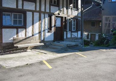 wohlum in Mettmensetten, Eingang und drei Parkplätze vor dem Haus