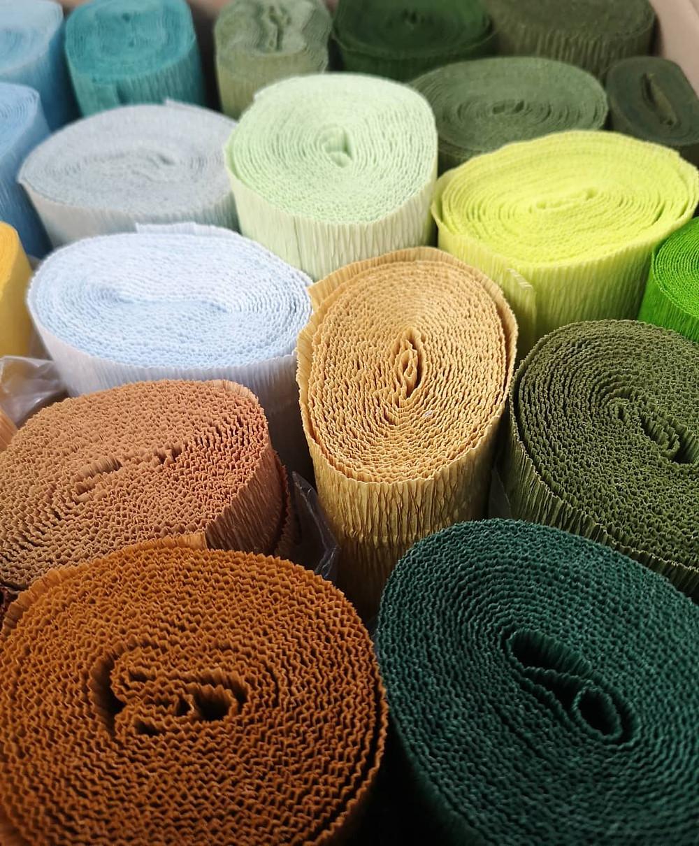 Différents rouleaux de papiers crépon de toutes les couleurs vu du dessus