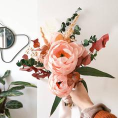 Bouquet de pivoines boules et feuillage eucalyptus