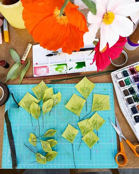 Mon plan de travail à l'atelier de montreuil. Sur cette photo j'y prépare des fleurs et feuille en papier crépon