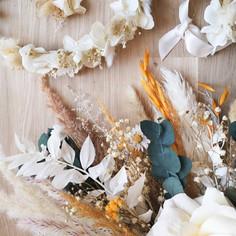 Ensemble bouquet de mariée, couronne et boutonnière blanche