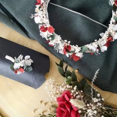 Ensemble couronne de tête, boutonnière et petit bouquet de table de mariage