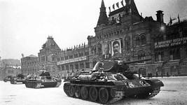 Танки т-34 на Красной площади 7 ноября 1941 г.   Т-34 – советский средний танк, выпускался серийно с 1940 года. Являлся основным танком РККА до первой половины 1944 года, до поступления в войска его модификации Т-34-85. В параде участвовали несколько десятков «тридцатьчетверок», а после его окончания отправлялись на фронт.