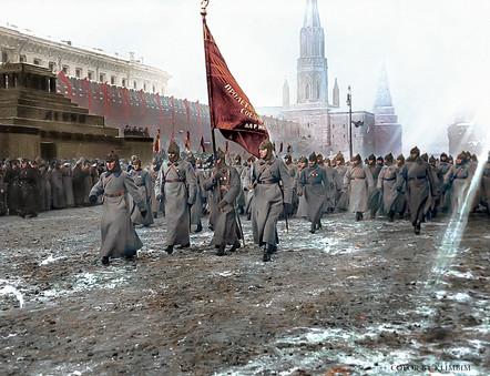 Прохождение маршевой колонны по Красной площади на военном параде 7 ноября 1925 года.  7 ноября 1918 года в России состоялся первый военный парад в честь Великой Октябрьской социалистической революции. После этого военные парады в этот день проводились регулярно. Самый запоминающийся из них был проведен 7 ноября 1941 года, поскольку проходили в один из самых трудных периодов нашей истории.