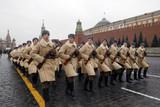 7 ноября 2000 г. на Красной площади состоялся первый торжественный марш ветеранов ноябрьского парада 1941 г. В 2004 г. впервые в шествии 7 ноября появились элементы реконструкции исторического парада 1941 г. - ветераны прошли по Красной площади в военной форме образца начала 1940-х гг. С 2005 года 7 ноября было объявлено Днем воинской славы как День проведения военного парада в Москве в ознаменование 24-й годовщины Великой Октябрьской социалистической революции. В 2006 г., в 65-ю годовщину Октябрьской революции, на Красной площади была организована реконструкция исторического парада 1941 г. С тех пор такие исторические парады стали проводиться ежегодно.