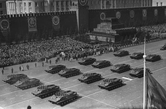 Прохождение военной техники по Красной площади в Москве на параде 7 ноября 1957 года.  Следующий военный парад 7 ноября состоялся в Москве в 1945 г. С тех пор до 1991 г. парады проходили ежегодно. С 1991 г. парады на Красной площади не проводились.