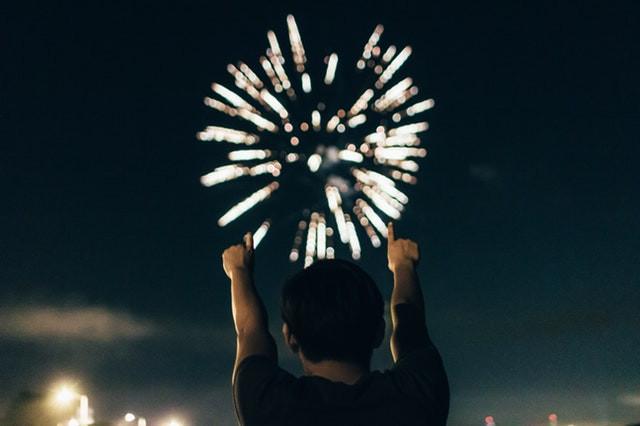 Celebrando con fuegos artificiales
