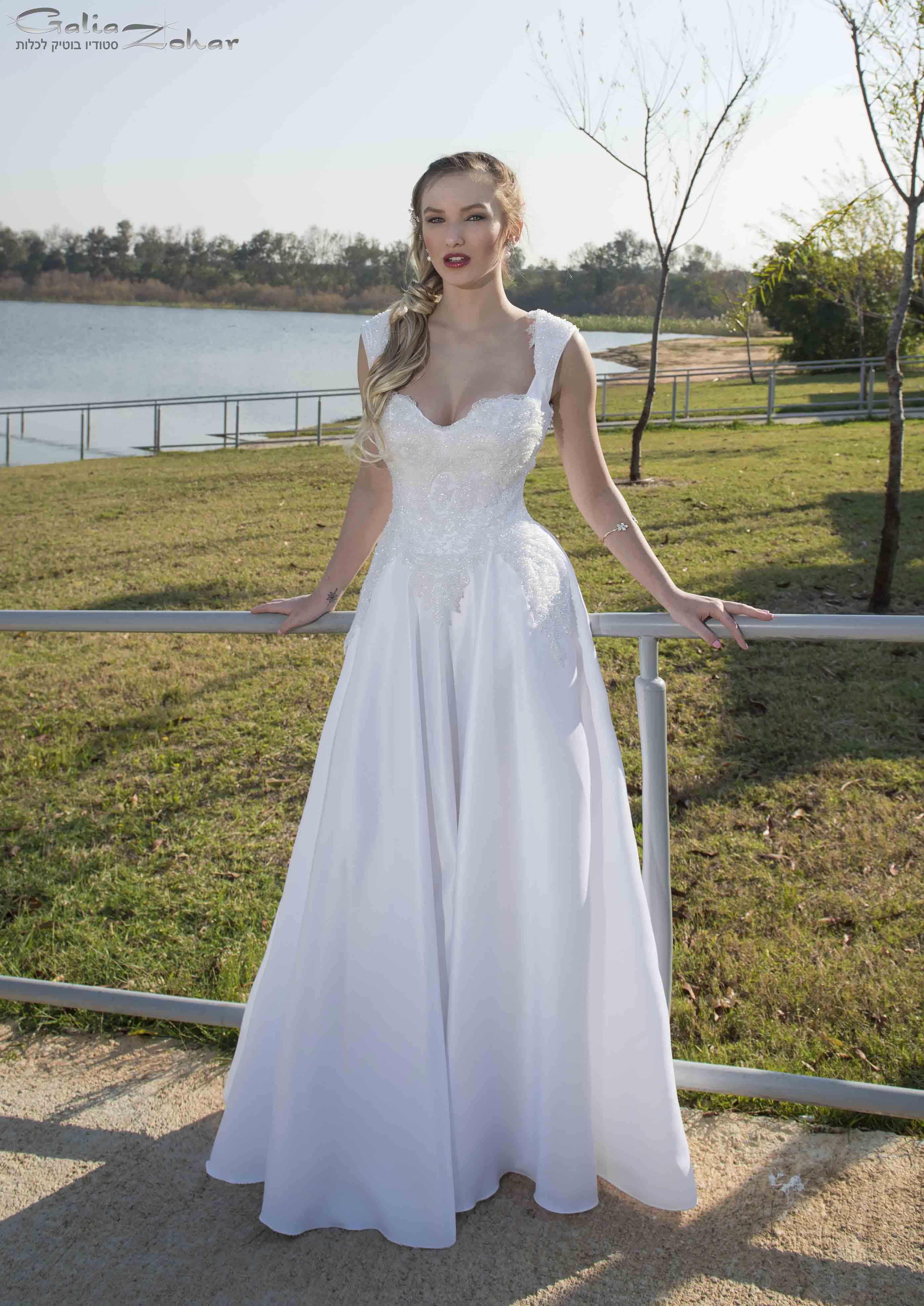 שמלת כלה מעוטרת חרוזי קריסטל