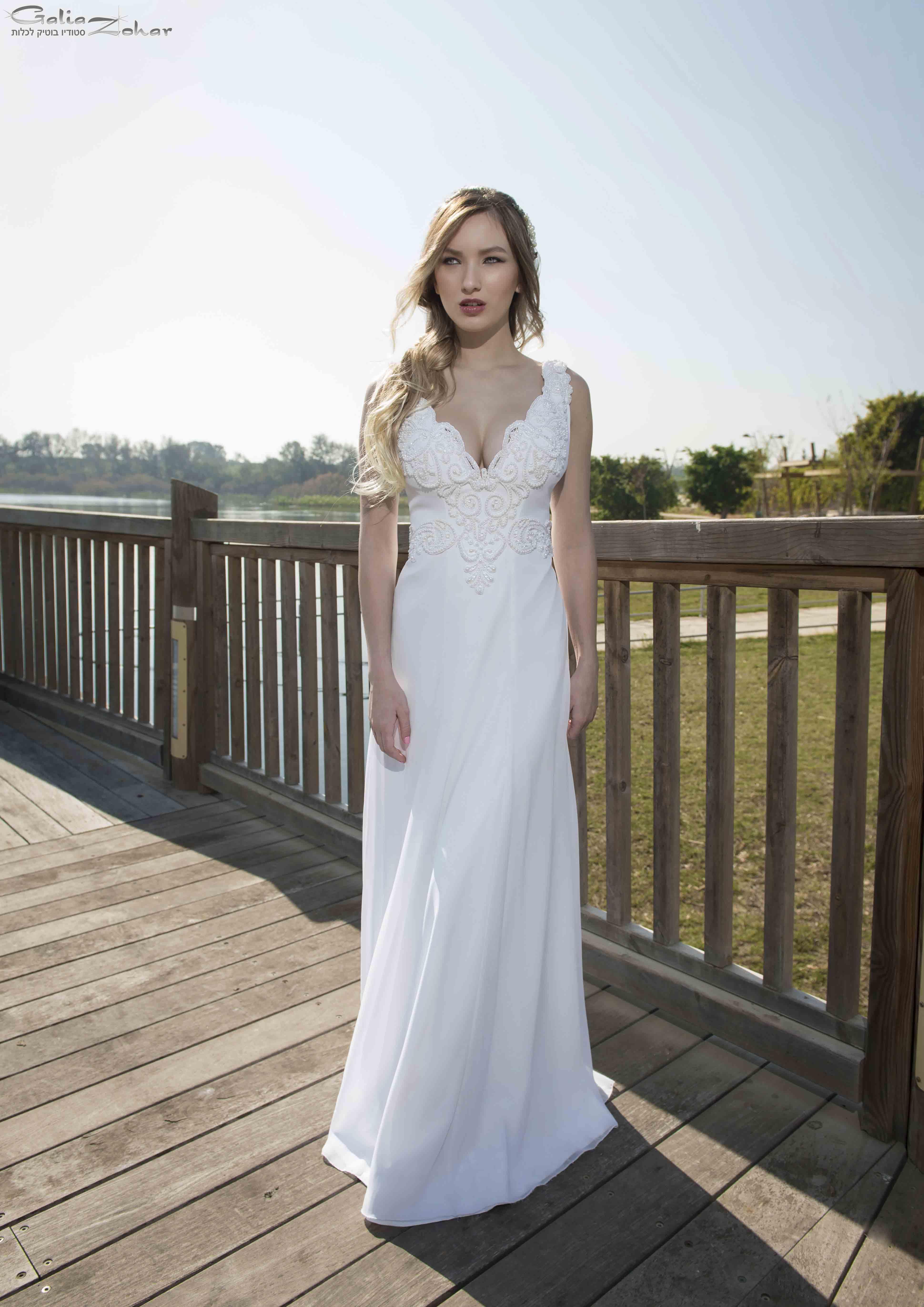 שמלת כלה מעודנת בעיטורי פנינים
