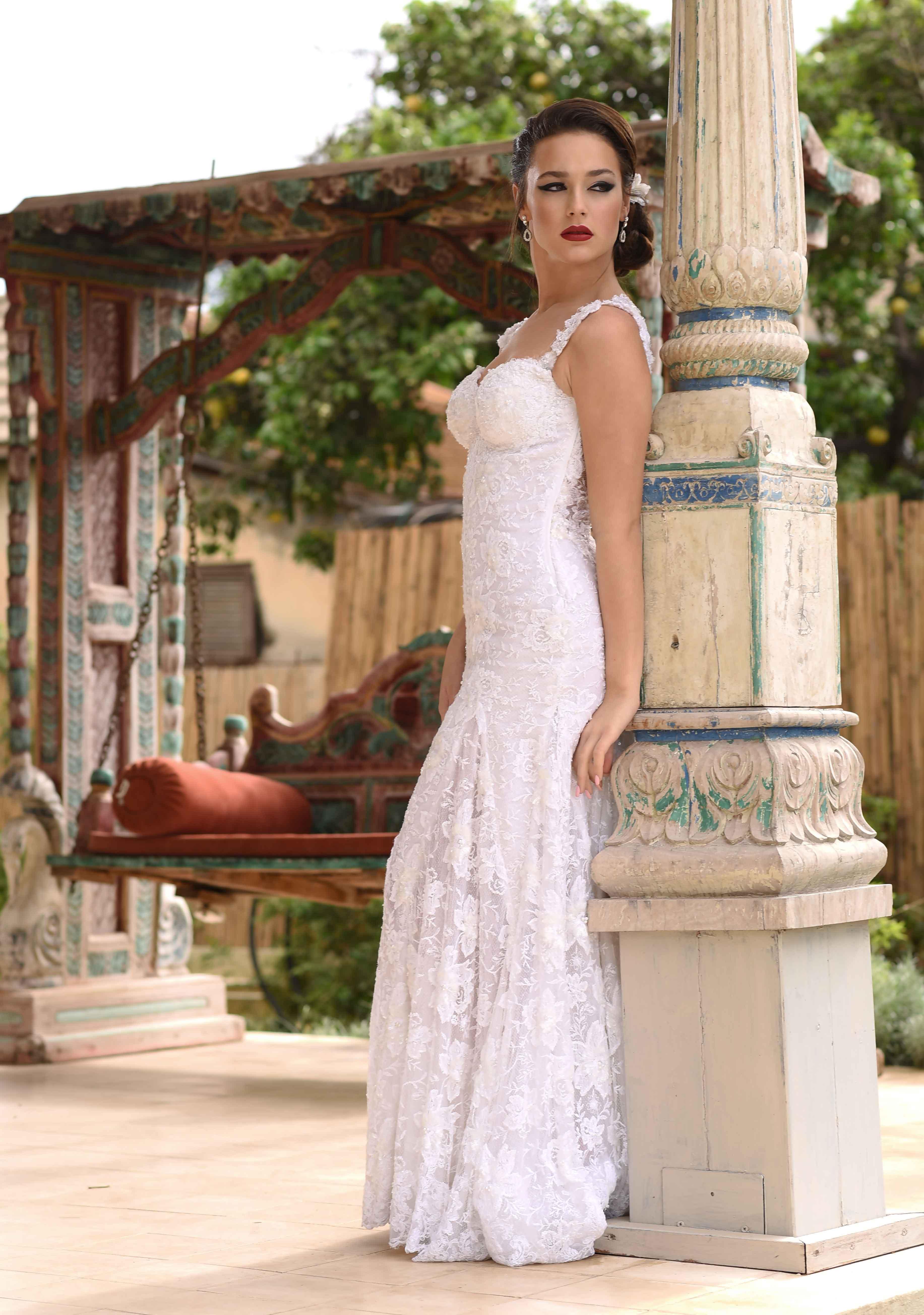 שמלת כלה מעוטרת תחרה