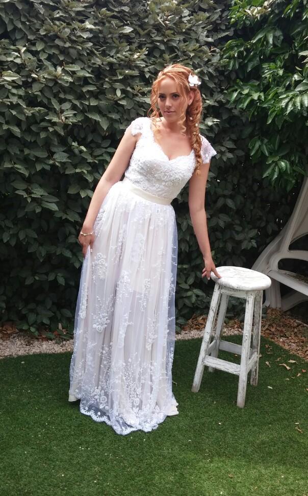 מיקה בשמלת כלה תחרה בסגנון וינטאג