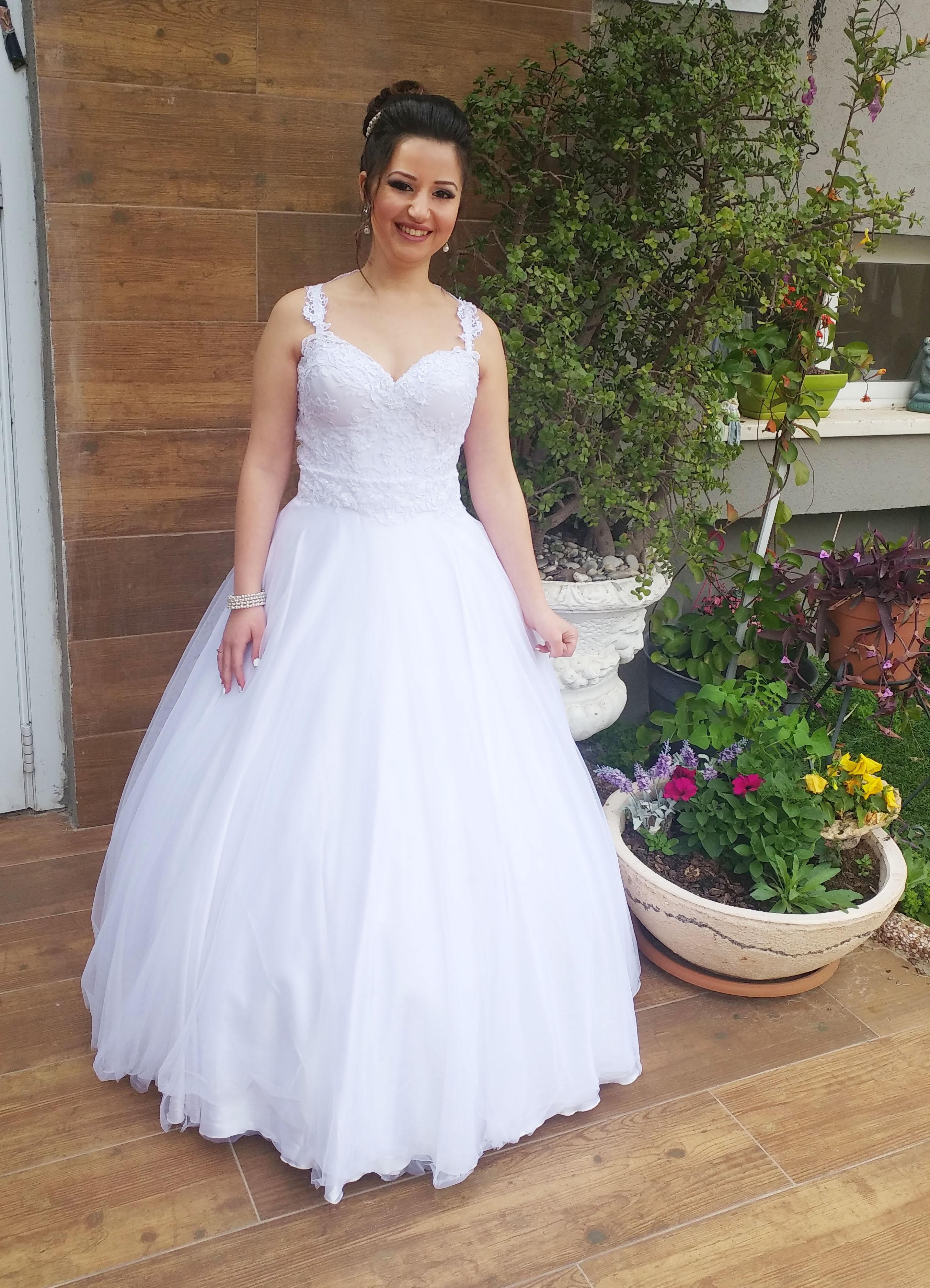 הילה בשמלת כלה מרשימה בחצאית טולים נ