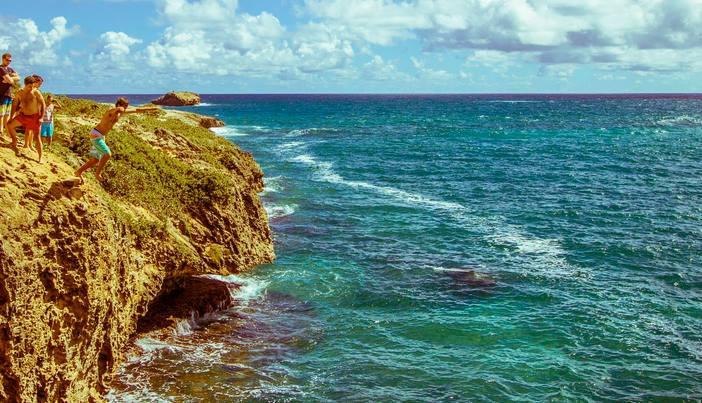 Pular de penhasco no Havaí
