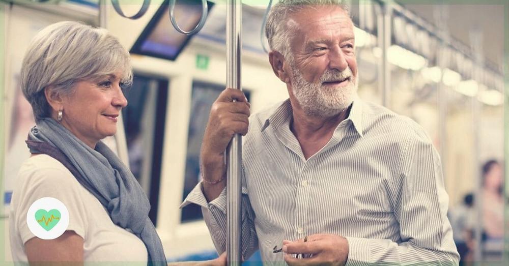 Idosos andando de metrô.