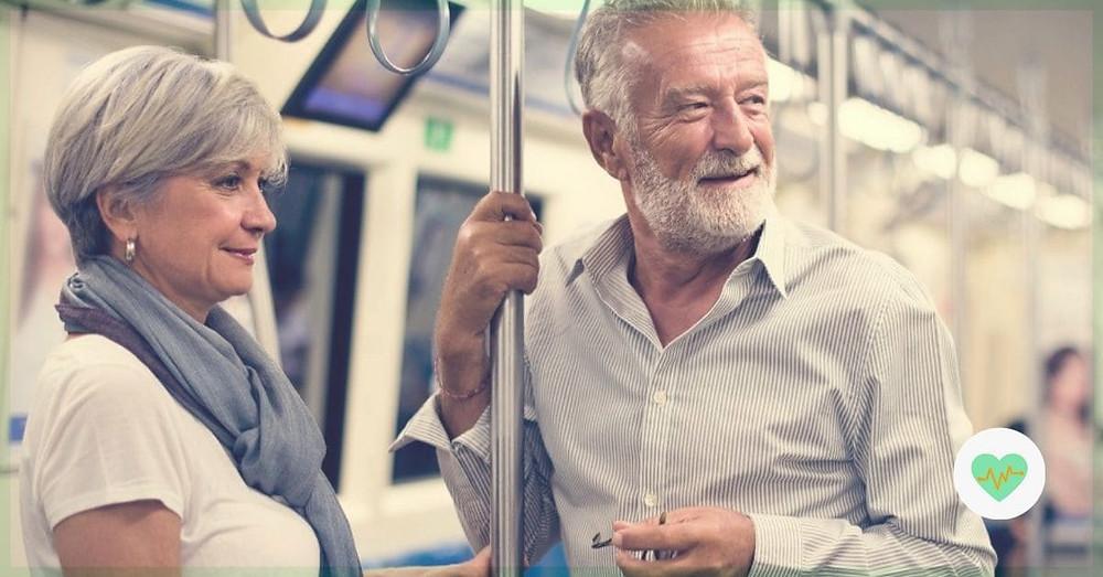 idosos-andando-de-metro