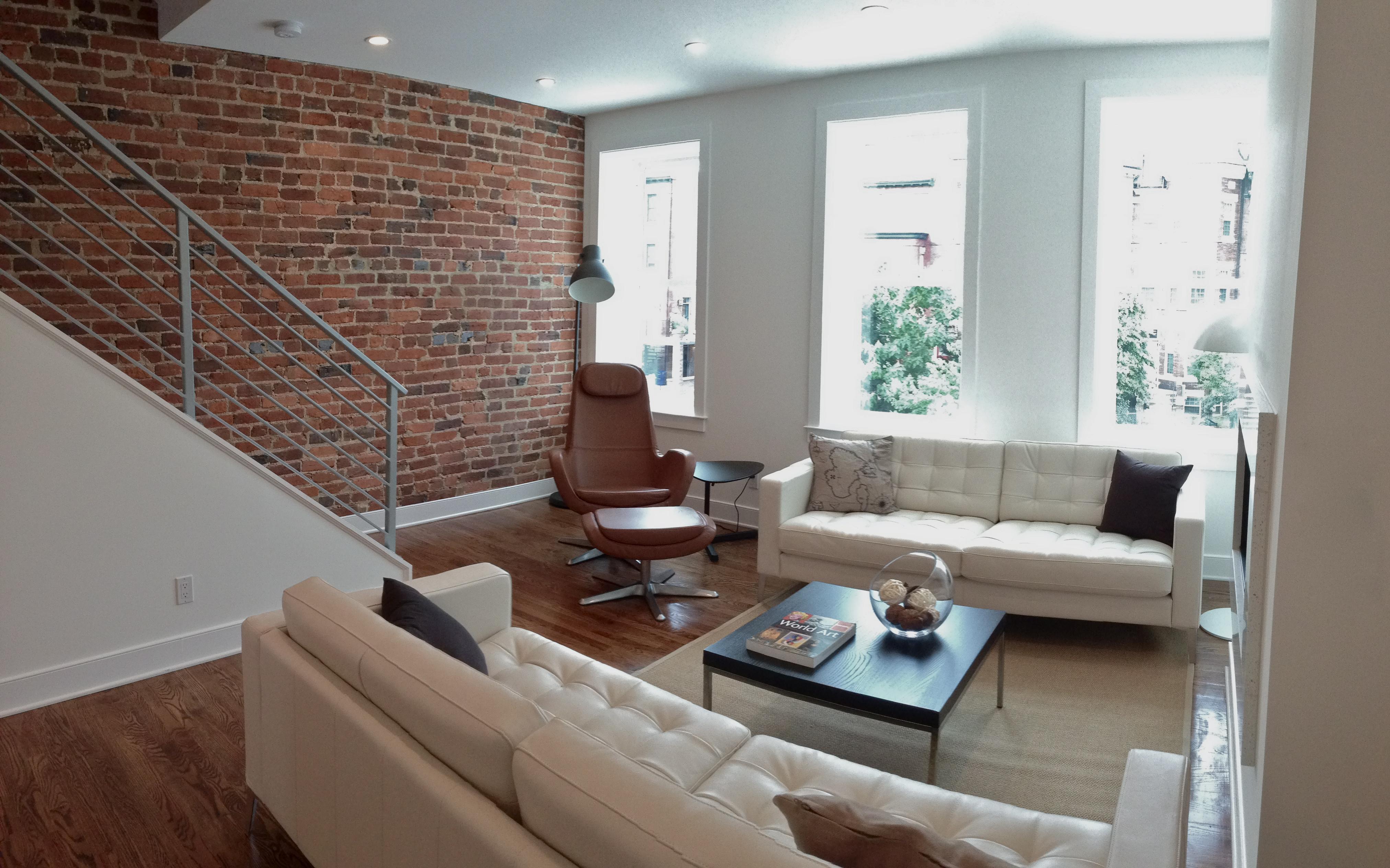Photo :: Upper Unit Living Room