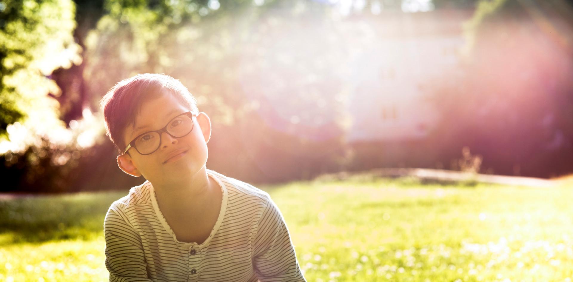 Niño sentado en la hierba