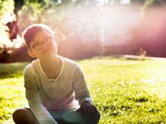 Garçon assis sur l'herbe