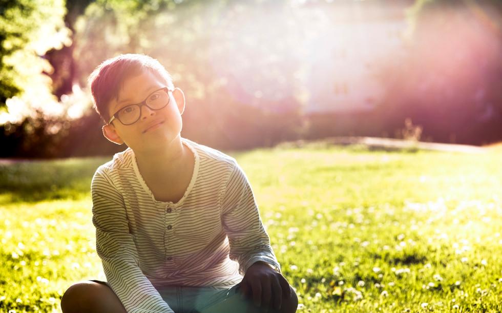 芝生に座っている男の子