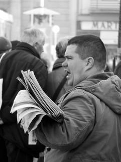 Le crieur de journaux, place de la Répulique, 2010