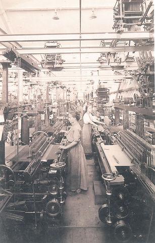 továrna_s_dělnicemi,_1914.jpg