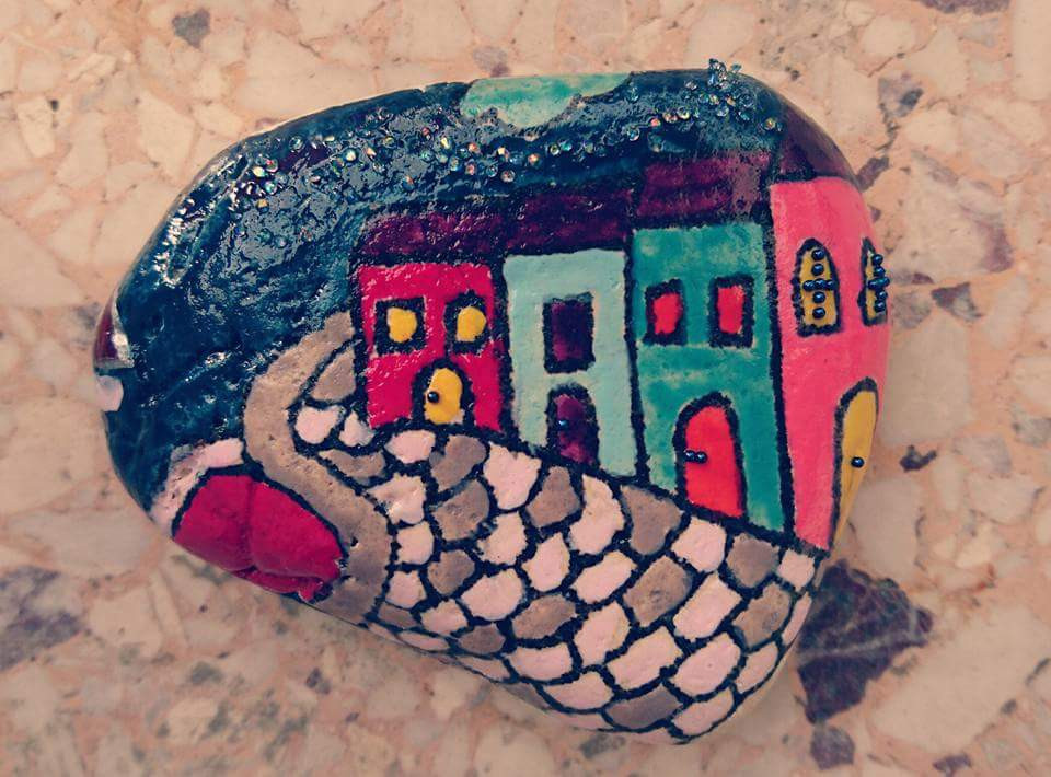 Handpainted beach stone - Photo credits Mary Samou
