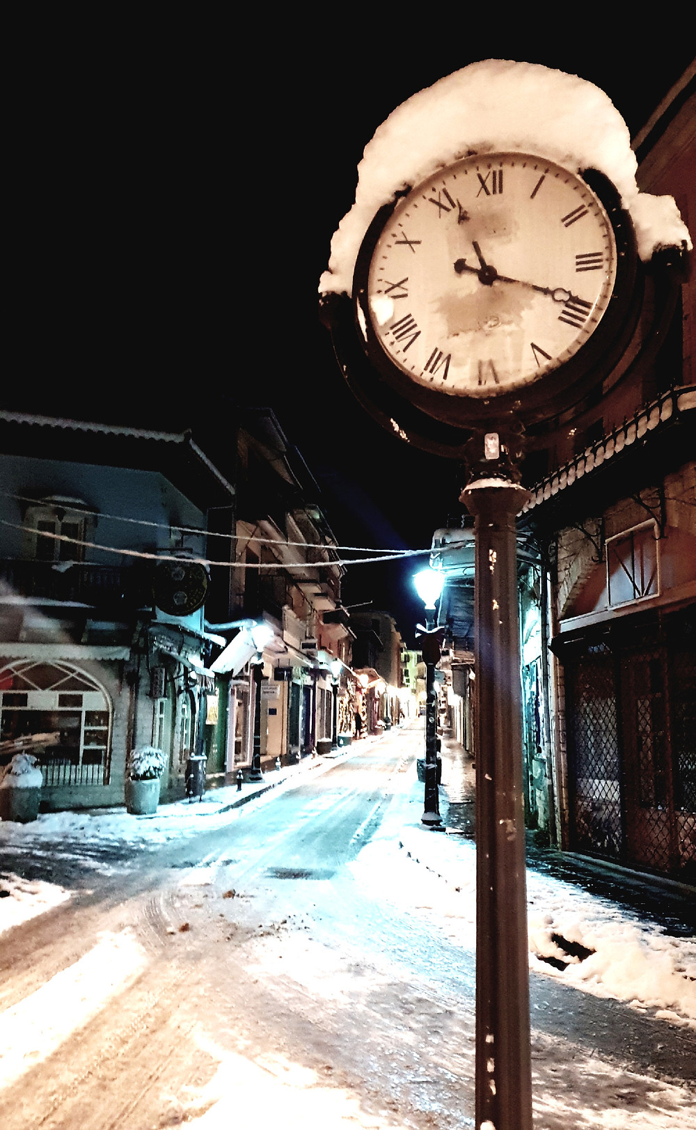 Time stopped in the cold snowy city - Photo by Mary Samou