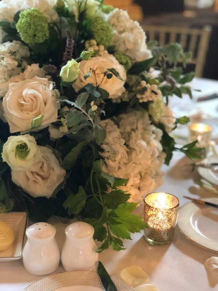 Low white ans greens table centre