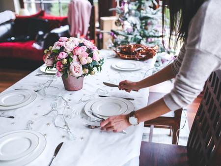 COME SI APPARECCHIA UNA TAVOLA II. ASZTALTERÍTÉS II. A tányérok és az evőeszközök elhelyezése