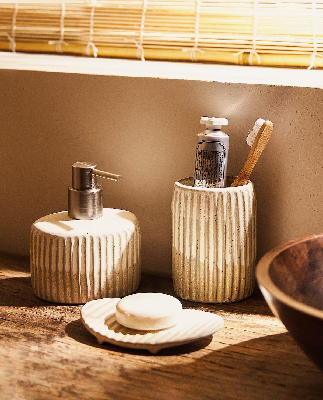 Aet de baño cerámica beige relieve