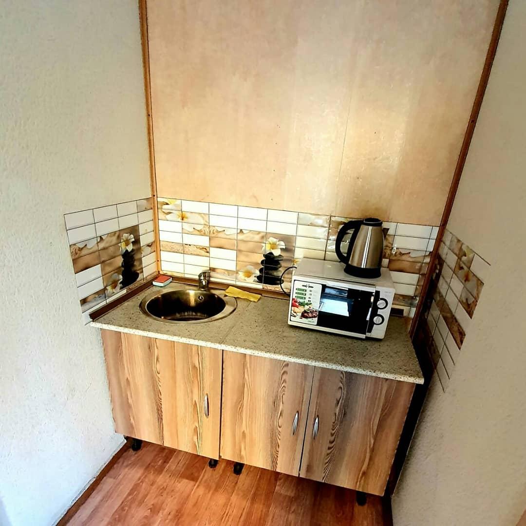 Небольшая кухонная зона между номерами