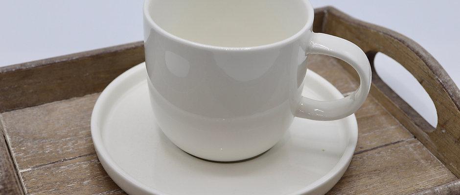 Tasse et sous tasse à rebord en céramique blanche