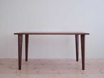 ウォールナットのテーブル。