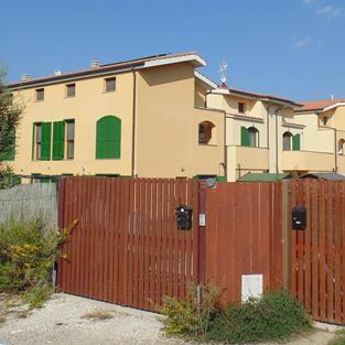 Appartamenti a schiera nella campagna adiacente alla città