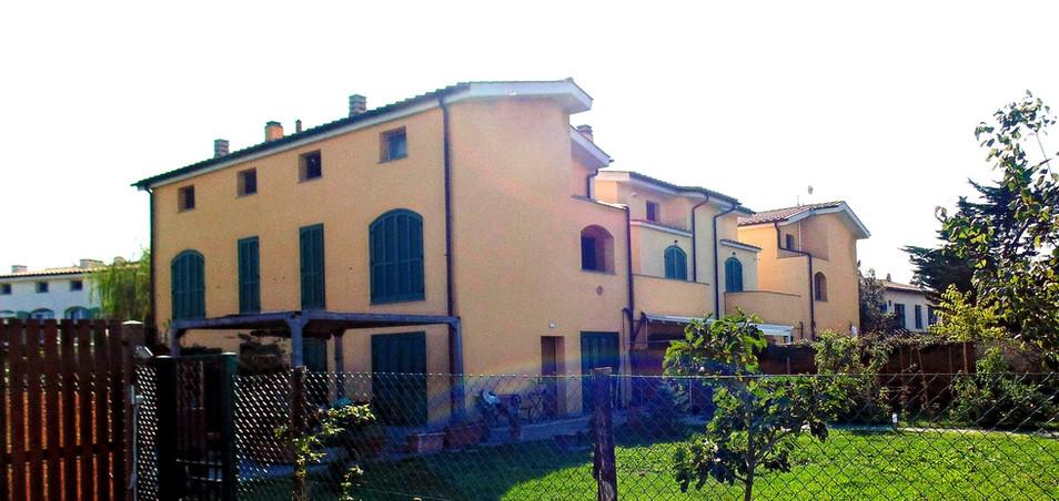 Appartamenti a schiera nella campagna adiacente alla città_edited.jpg