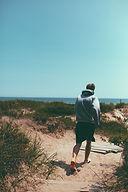 Hombre corriente en una playa
