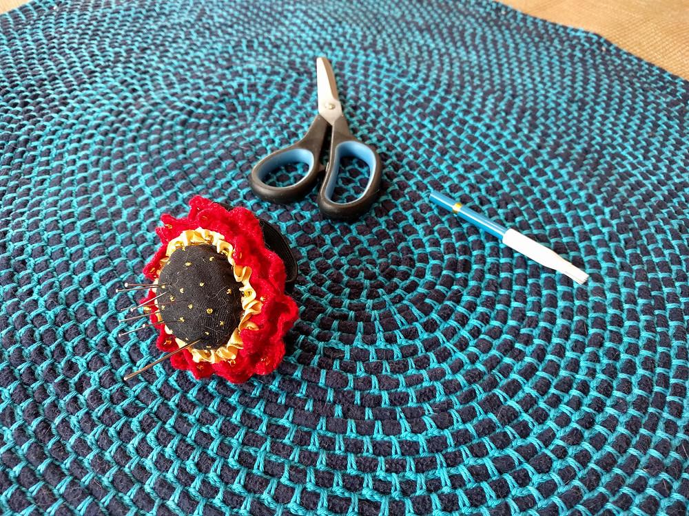 Vanast sinisest fliisist valmistatud vaip