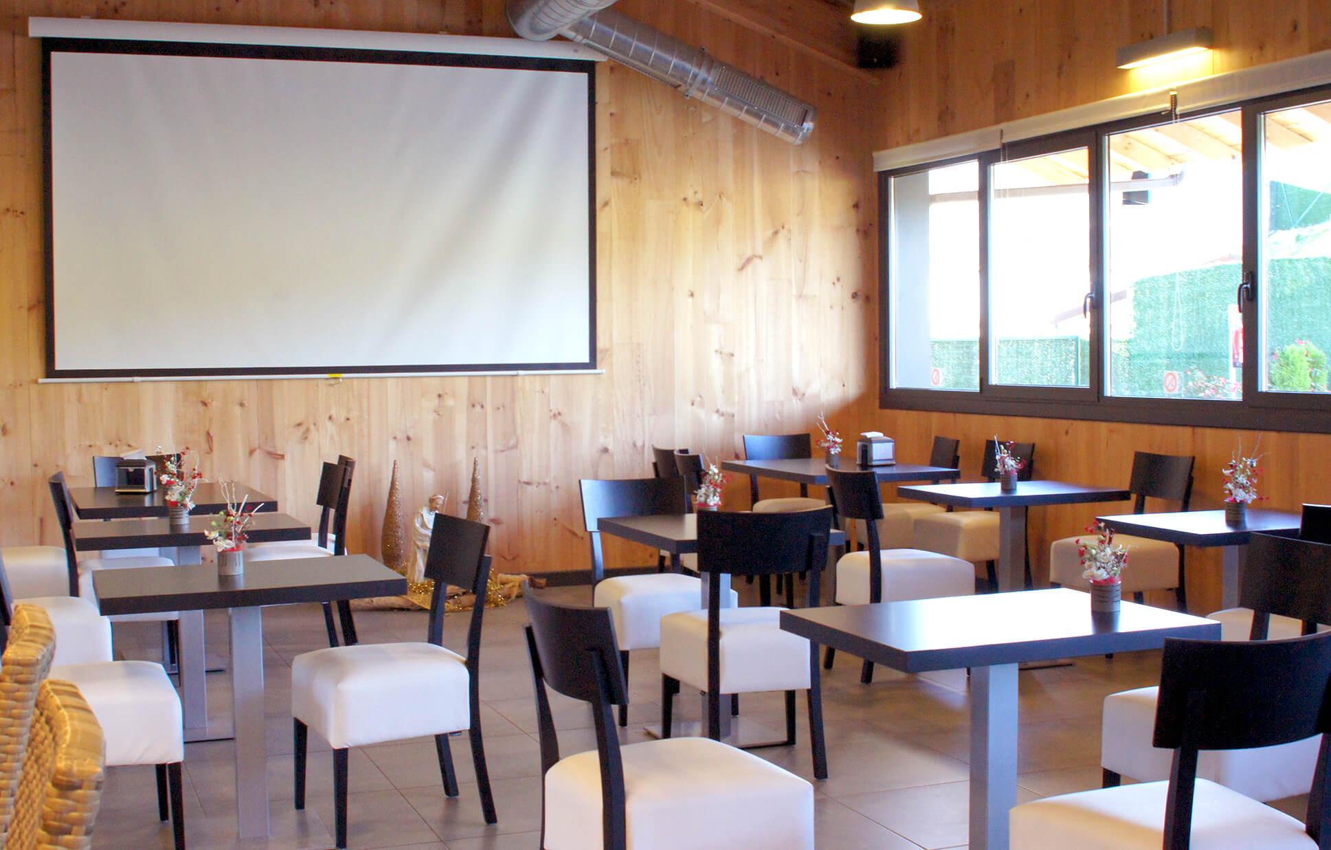 proyector y pantalla para presentaciones
