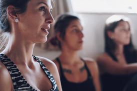 Talita, Fê e Aldine focadas na aula de meditação