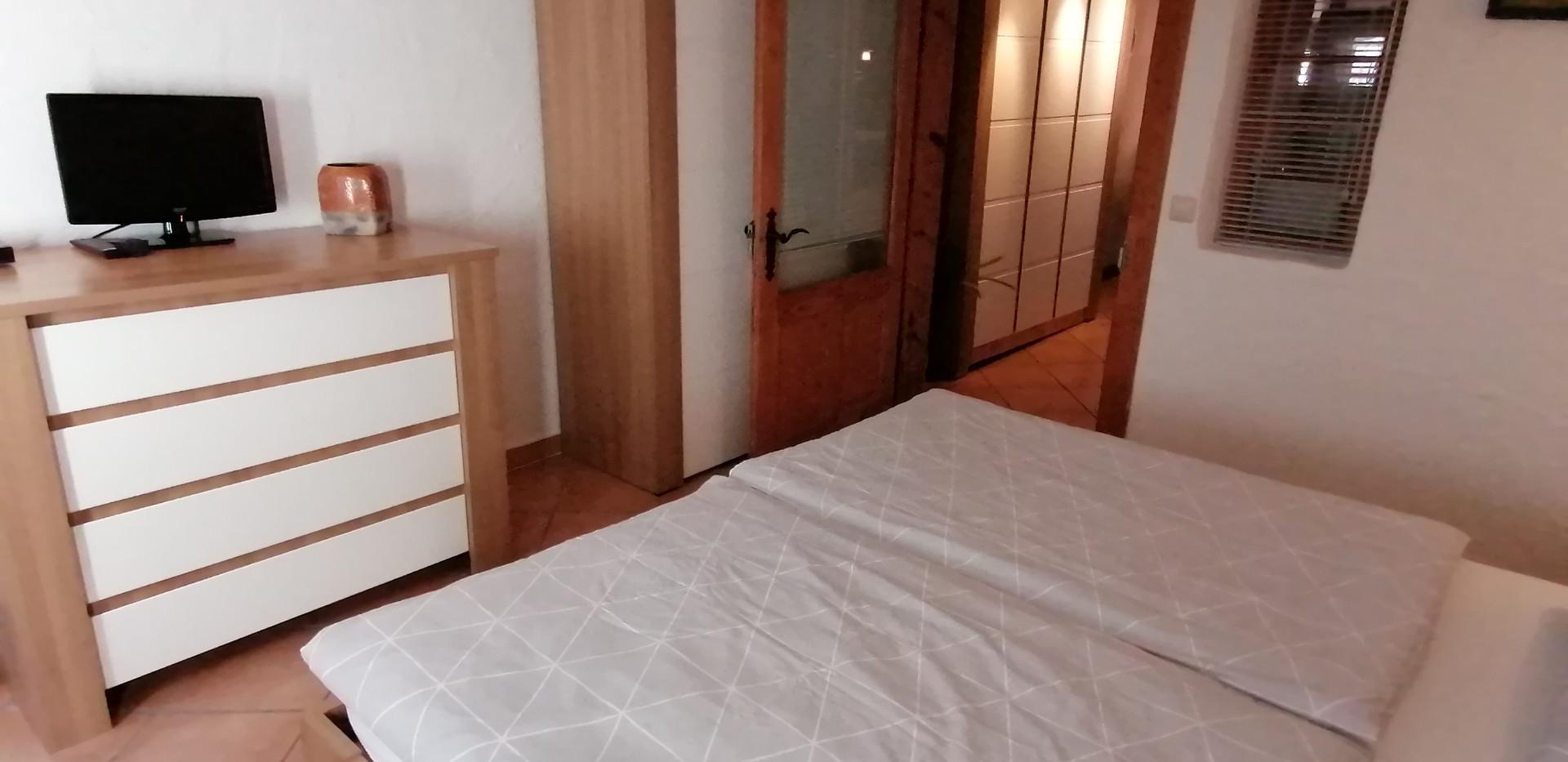 Schlafzimmer mit Kommode und Schrank