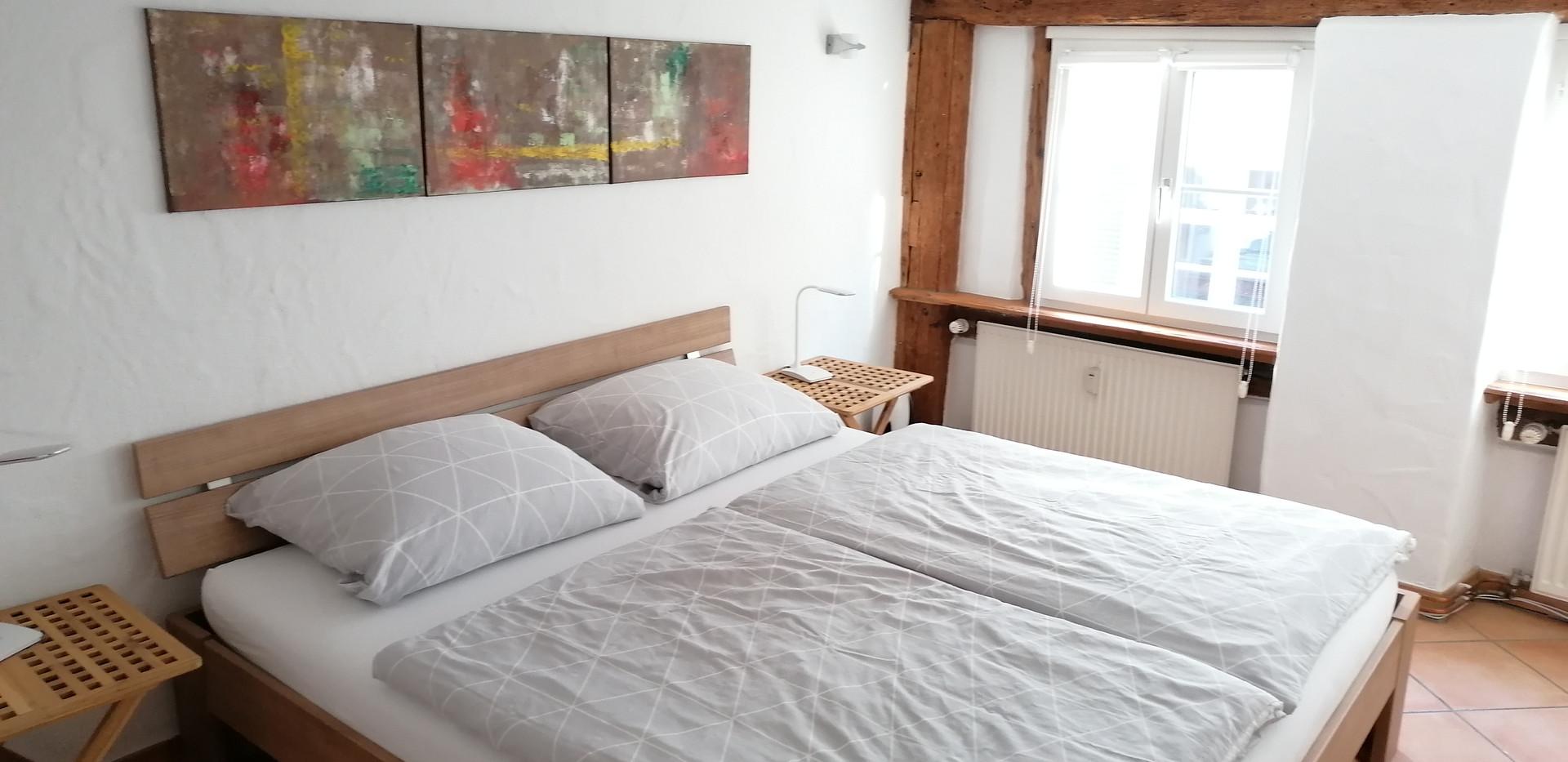 Schlafzimmer mit Doppelbett (1,80 x 2,00