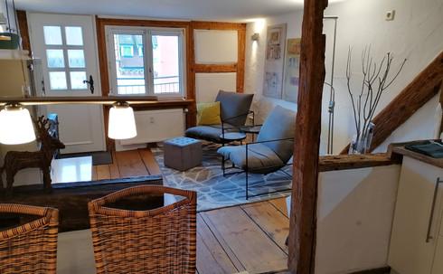 Küche und Essplatz mit Blick zum Wohnrau
