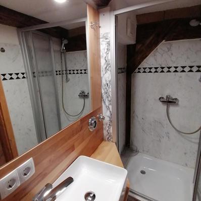 Waschbecken und Dusche